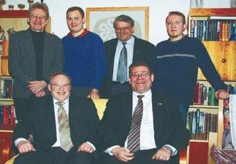 """KirPeän perustustilaisuudesta. Vasen ylhäältä Pietari Jääskeläinen, Simo Grönroos, Viljo """"Ville"""" Savolainen, Ville Salmela. Alhaalta vasemmalta Oskar Salakari ja Timo Soini."""