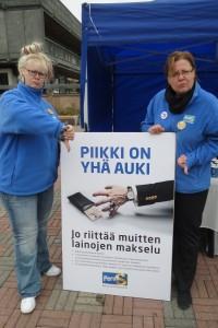 KirPeän pirteät naiset osoittivat mieltään EU-politiikkaa kohtaan. Vasemmalla Jaana Manninen ja oikealla Sanna Hartikainen.