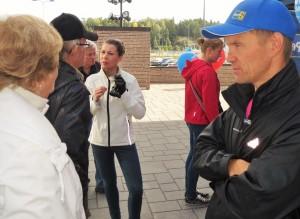 Kansanedusjat Mika Niikko (etualalla) ja Arja Juvonen (keskellä).